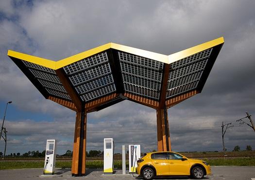 Auto staat geparkeerd bij een elektrische oplaadpaal