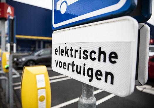 Bord met tekst oplaadpunt elektrische voertuigen