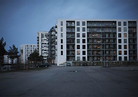 Uitzicht van een flatgebouw met donkere lucht