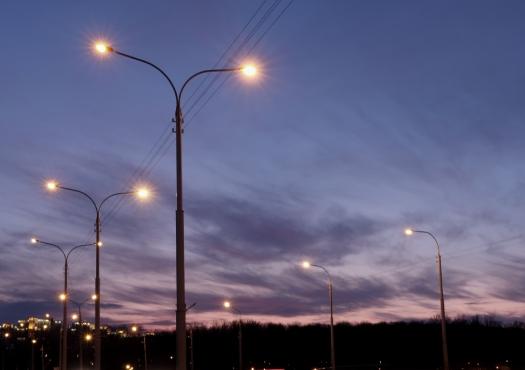 Openbare verlichting met donkere lucht