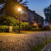 Een straat met sfeervolle openbare verlichting