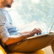Man op een laptop aan het werk