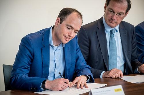 Stedin gaat samen met een aantal partners een slim elektriciteitsnet aanleggen in Rotterdam. David Peters van Stedin tekent de intentieverklaring.