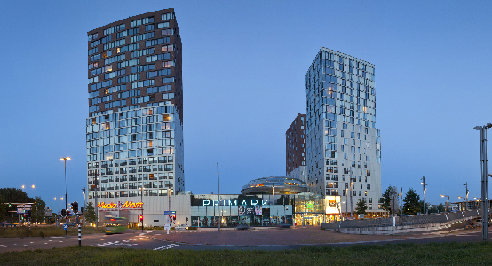 Een winkelcentrum met hoge gebouwen